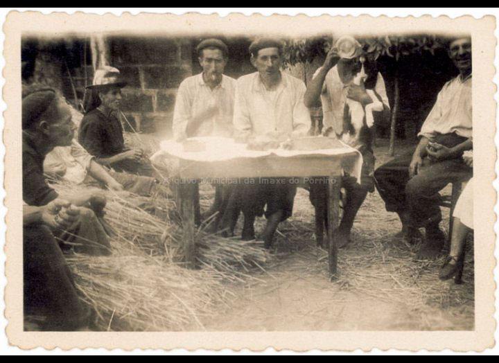 Grupo de veciños trala malla do centeo. / Autor descoñecido [1940-1960 (?)] / PROCEDENCIA: Recollida Budiño. Album familiar Benita Ramilo Pichel