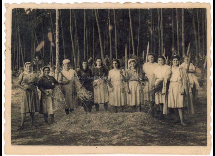 Grupo de traballadoras de Atios da Granxa do Louro mallando herba. / Foto Ramiro [Ca. 1949] / PROCEDENCIA: Recollida Atios. Album familiar Silvia Martínez Pereira
