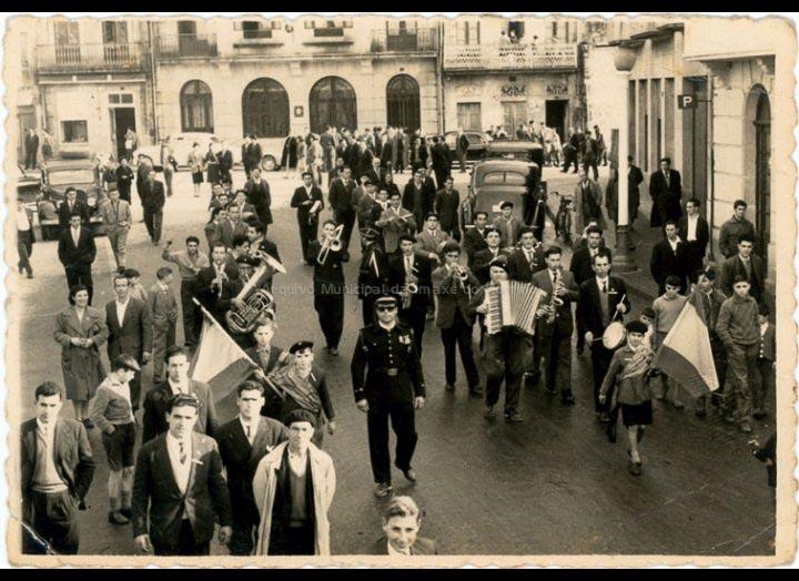 Rondalla de Mosende desfilando pola Praza Central do Porriño. / Foto Ramiro [1955 - 1960 (?)] / PROCEDENCIA: Recollida Mosende. Album familiar de Jaime Bugarín e Juan Galllego