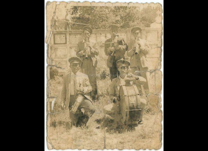 """Murga  """"Os gaiteiros do Cotiño"""" de Atios. / Foto Ramiro [Ca. 1947] / PROCEDENCIA: Recollida Atios. Album familiar Silvia Martínez Pereira"""