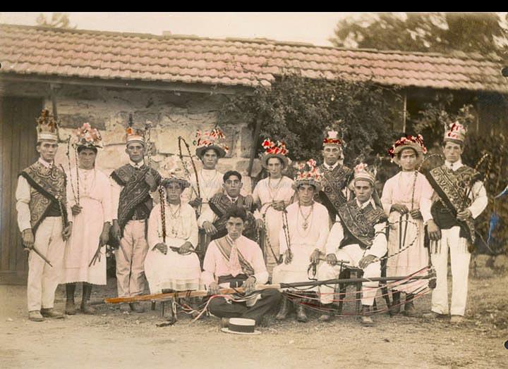 Grupo de bailaríns do rancho de reis de Guláns. / José Moreira [1920-1940 (?)] / PROCEDENCIA: Arquivo José Moreira