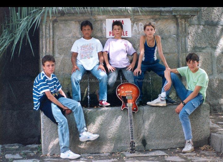 Compoñentes do grupo de rock Ratas de Alcantarilla na Fonte dos Tres Canos. / Autor descoñecido [Setembro 1987] / PROCEDENCIA: Recollida O Porriño. Cedida por Jesús López Pensado