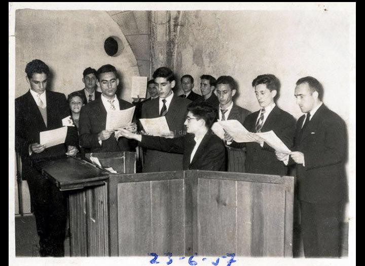 Coro parroquial dirixido por Antonio I. Paz Valverde. / Foto Ramiro [1957] / PROCEDENCIA: Recollida O Porriño. Album familiar de Joaquín Diz Tato