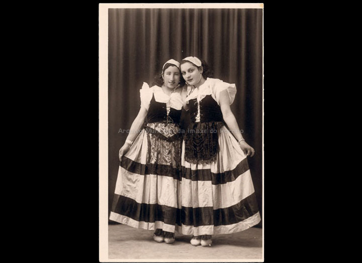 Retrato de dúas compoñentes dun grupo de teatro porriñés. / José Moreira [1928-1950] / PROCEDENCIA: Arquivo Moreira