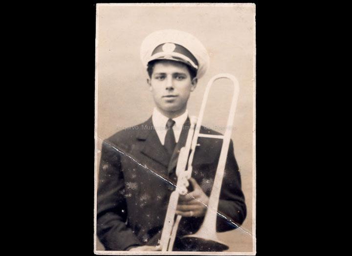 Trombonista dunha banda de música. / José Moreira [1928-1950 (?)] / PROCEDENCIA: Arquivo Moreira