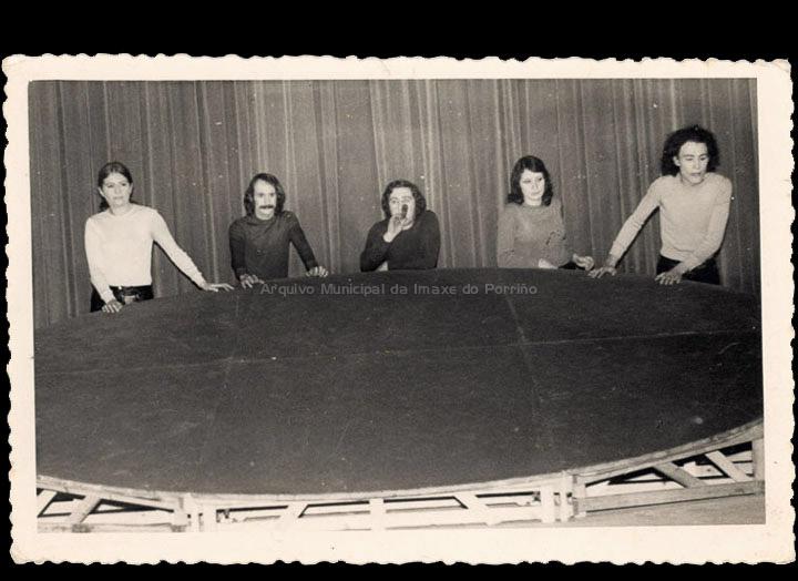 Actuación teatral no Círculo Recreativo Cultural. / Foto Magno [Ca. 1973] / PROCEDENCIA: Recollida O Porriño. Álbum familiar de Antonio I. Paz Valverde