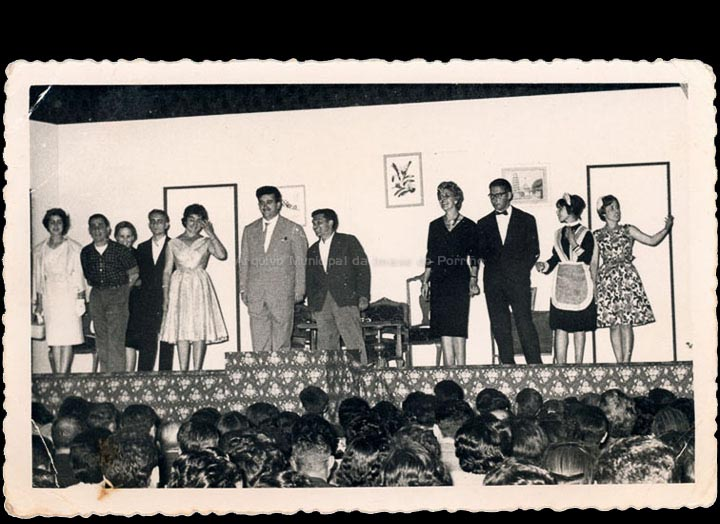 """Representación teatral da """"Agrupación de Aficionados al Arte del CRC"""" no cine Capitol. / Foto Magno [xuño, 1960] / PROCEDENCIA: Recollida O Porriño. Álbum familiar Josefa Sío Casales"""