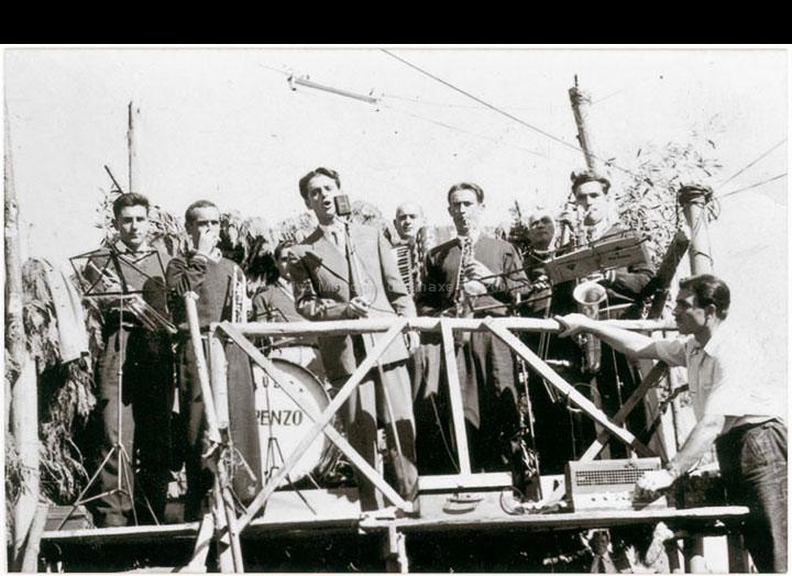 Orquestra Lorenzo actuando nunha festa. / Autor descoñecido [1950-1960 (?)] / PROCEDENCIA: Recollida O Porriño. Álbum familiar de Pablo Lorenzo González