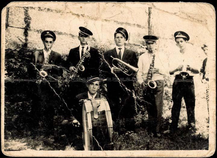 Charanga de Atios nunha festa de San Bieito. / Foto Ramiro [1955-1957 (?)] / PROCEDENCIA: Recollida Atios. Álbum familiar de Jesús Pérez Rodríguez