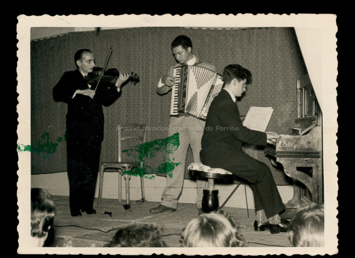 Festival artístico musical de intérpretes afeccionados locais no C. R. C. . / Foto Magno [08/11/1958] / PROCEDENCIA: Recollida O Porriño. Album familiar de Pablo Lorenzo González