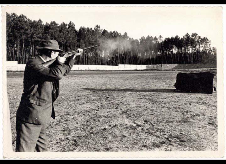 Julio Rodríguez González nun torneo de tiro ao prato no Lourambal / Foto Pako [1965 – 1970 (?)] / PROCEDENCIA: Recollida O Porriño. Album familiar Isabel Domínguez Salgado