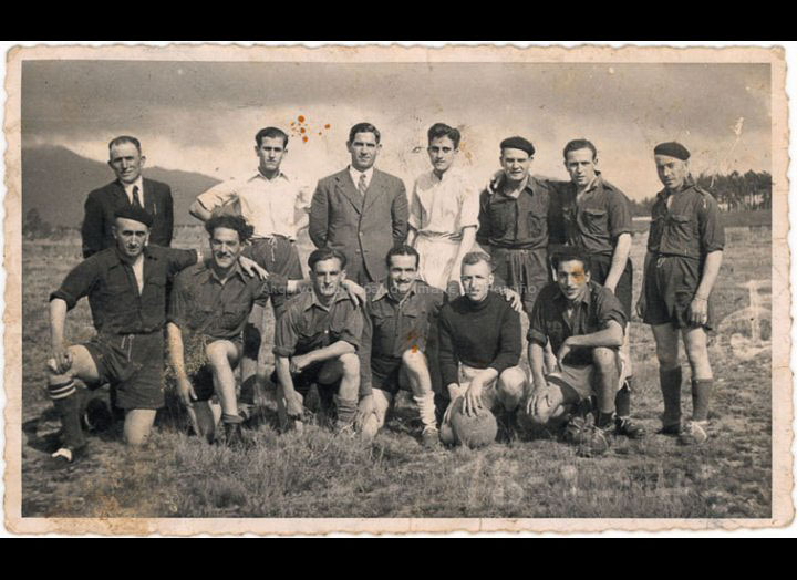 Equipo de fútbol dos traballadores do tranvía / Foto Doran (Peinador) [1930 – 1940 (?)] / PROCEDENCIA: Recollida O Porriño. Album familiar Alfonso Rodríguez