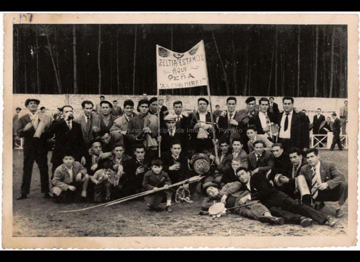 """Peña """"Xa cho direi"""" seguidores do clube Zeltia no Lourambal / Foto Magno [1955 - 1958] / PROCEDENCIA: Recollida O Porriño. Album familiar Josefa Rodríguez Pérez"""