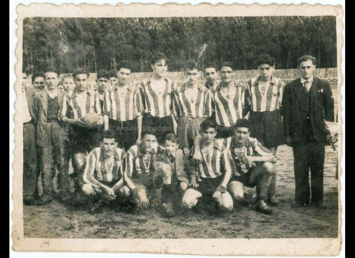 Equipo de fútbol de Atios no campo da Escarabilleira / Foto Ramiro [Ca 1953] / PROCEDENCIA: Recollida Atios. Album familiar Demetria Domínguez Silva