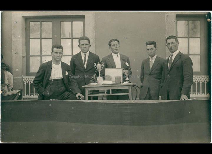Competición de ciclismo. Entrega de trofeos. / Autor descoñecido [1920-1940 (?)] / PROCEDENCIA: Recollida O Porriño. Album familiar de Manuel Lamas Estévez (familia Miranda)