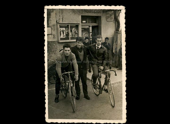 Horacio Barros e uns amigos en bicicleta de carreiras en Mosende. / Foto Carlos (Guillarei) [ 1960-1970 (?)] / PROCEDENCIA: Recollida Mosende. Álbum familiar de Carmen González Corbacho