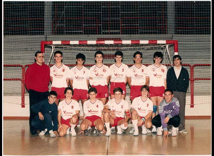 Equipo masculino de cadetes do clube de balonmán Xoane. / Autor descoñecido (Foto Pako?) [ 1986-1990] / PROCEDENCIA: Recollida O Porriño. Álbum familiar de José Rodríguez Pérez