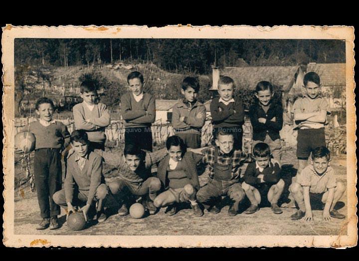 "Equipo de fútbol infantil ""Estrella"" no penedo da Malladoura. / Foto Magno [ 1955-1958] / PROCEDENCIA: Recollida O Porriño. Álbum familiar de Mª Josefa Rodríguez Pérez"