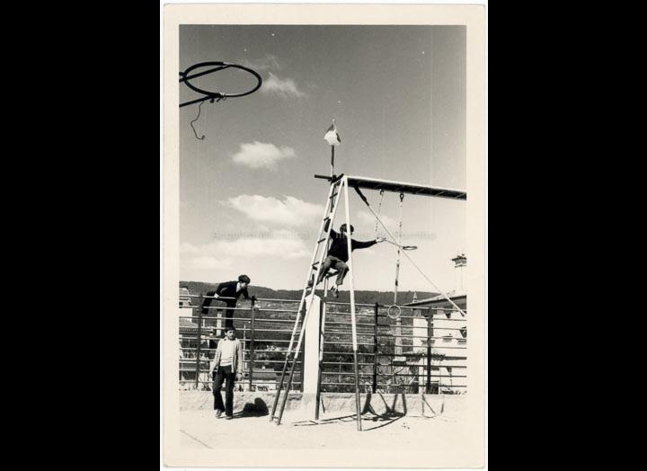 Aparatos de ximnasia no patio do Colexio Casales. / Jesús Casales (?) [ 1968-1973 (?)] / PROCEDENCIA: Recollida O Porriño. Cedida por Consuelo Bermejo Prada