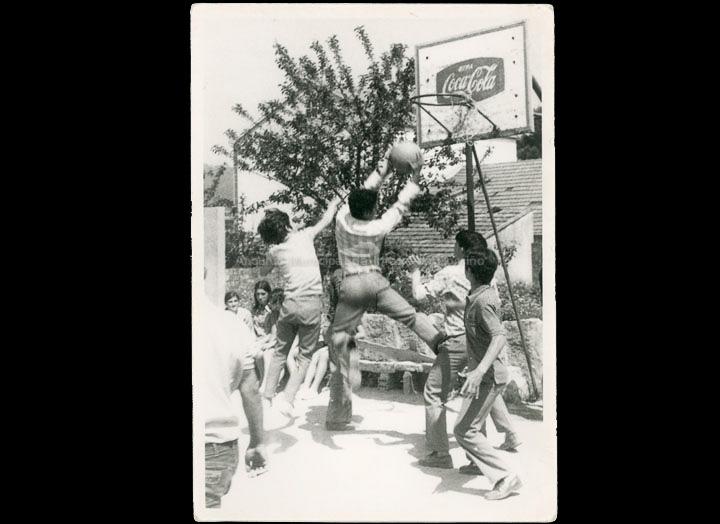 Colexio Casales. Alumnos practicando o baloncesto na modalidade de minibasket. / Jesús Casales (?) [ 1968-1973 (?)] / PROCEDENCIA: Recollida O Porriño. Cedida por Consuelo Bermejo Prada
