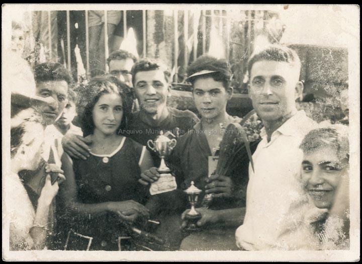 Carreira ciclista na festa de San Xosé de Carracido. Entrega de trofeos. / Foto Ramiro [ Ca. 1960] / PROCEDENCIA: Recollida Carracido. Álbum familiar de Rosaura Fachado Arruela