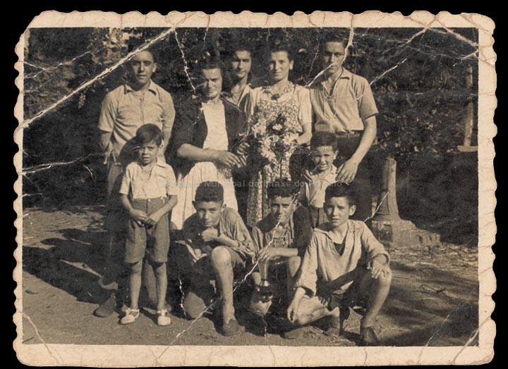 Gañadores dunha proba ciclista celebrada no Porriño. / Autor descoñecido [ 1945-1947 (?)] / PROCEDENCIA: Recollida O Porriño. Álbum familiar de Pablo Lorenzo González