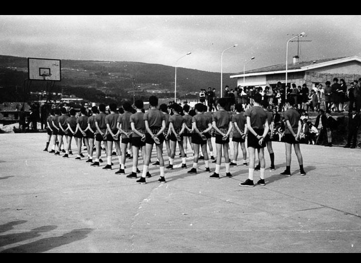 """Alumnos do instituto do Porriño facendo unha exhibición dunha táboa de ximnasia no día de Santo Tomás de Aquino. Instalacións do CRC. / Autor descoñecido [1966-1967] / PROCEDENCIA: Arquivo I.E.S. """"Pino Manso"""""""