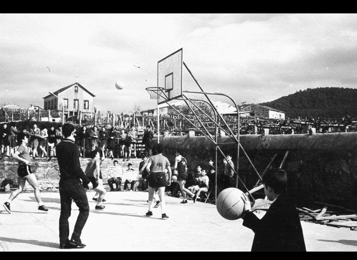 """Alumnos do instituto do Porriño nunha competición de baloncesto no día de Santo Tomás de Aquino. Instalacións do CRC. Instalacións do CRC. / Autor descoñecido [1966-1967] / PROCEDENCIA: Arquivo I.E.S. """"Pino Manso"""""""