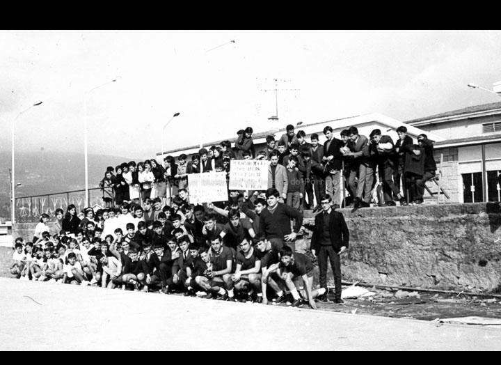 """Alumnos do instituto do Porriño nas pistas deportivas do CRC tras unhas competicións deportivas para celebrar o día de Santo Tomás de Aquino. / Autor descoñecido [1966-1967] / PROCEDENCIA: Arquivo I.E.S. """"Pino Manso"""""""