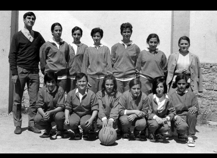 """Equipo de baloncesto feminino do Instituto do Porriño. / Autor descoñecido [1966-1970] / PROCEDENCIA: Arquivo I.E.S. """"Pino Manso"""""""