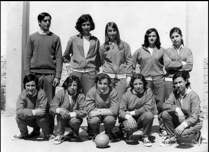 """Equipo de balonmán feminino do Instituto do Porriño. / Autor descoñecido [1966-1970] / PROCEDENCIA: Arquivo I.E.S. """"Pino Manso"""""""