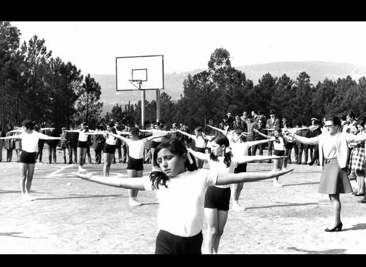 """Alumnas do Instituto do Porriño facendo unha exhibición de ximnasia con motivo do día de Santo Tomás de Aquino. / Autor descoñecido [1968-1969] / PROCEDENCIA: Arquivo I.E.S. """"Pino Manso"""""""