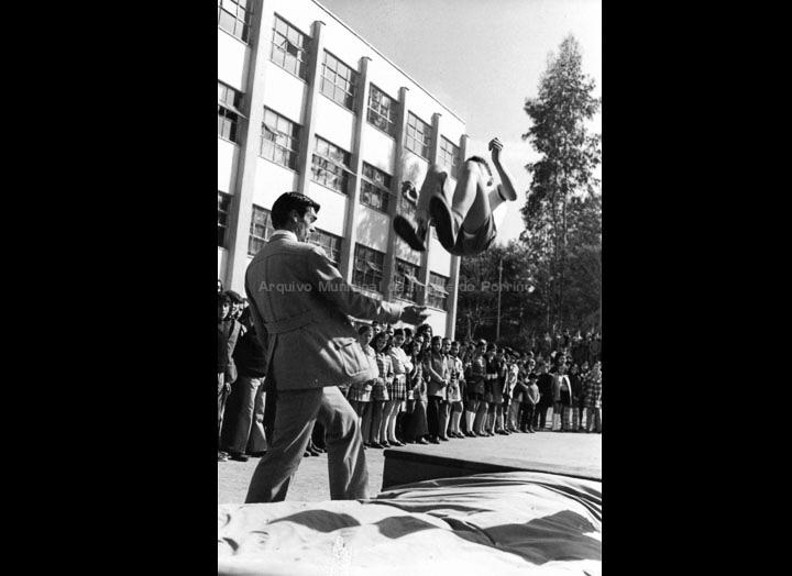 """Alumnos do Instituto do Porriño realizando exercicios en aparatos de ximnasia na celebración de Santo Tomás de Aquino. / Autor descoñecido [Ca. 1970] / PROCEDENCIA: Arquivo I.E.S. """"Pino Manso"""""""