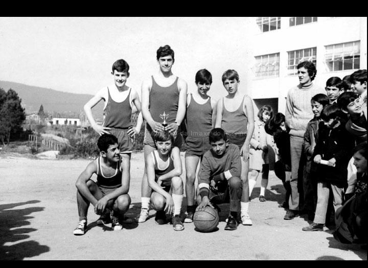 """Equipo de baloncesto do Instituto do Porriño, despois da competición da festa de Santo Tomás de Aquino. / Autor descoñecido [Ca. 1970] / PROCEDENCIA: Arquivo I.E.S. """"Pino Manso"""""""