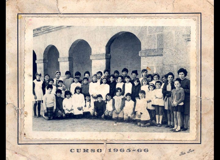 Retrato de grupo escolar de Pontellas / Foto Paco (Pontevedra) [1965 – 1966] / PROCEDENCIA: Recollida Pontellas. Album familiar Marta González