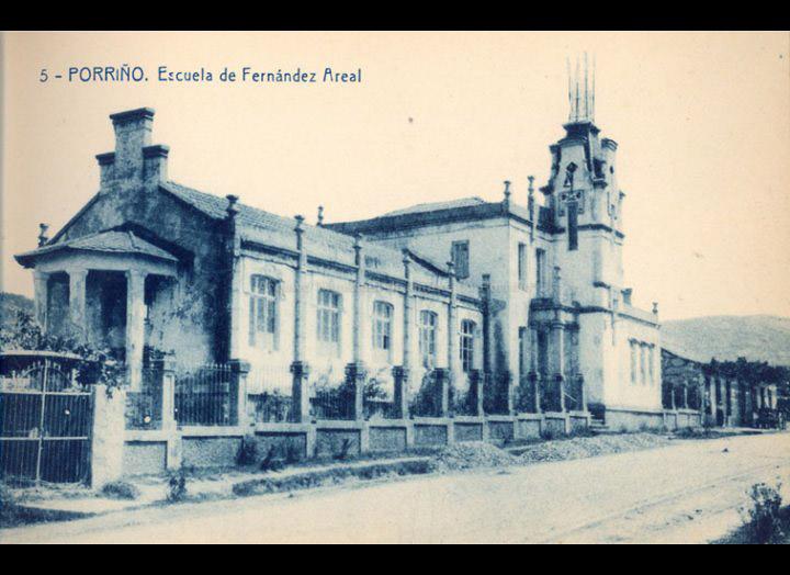 """Desaparecida """"Escola Fernández Areal"""", proxectada por Antonio Palacios en 1904. Tarxeta Postal / Fototipia Thomas (Barcelona) [Ca. 1928] / PROCEDENCIA: Recollida O Porriño. Album familiar Victoria E. Troncoso Rodríguez"""