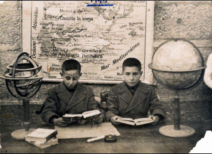 Joaquín e Jorge Diz Tato nas Escolas Graduadas / Foto Rodríguez [1944] / PROCEDENCIA: Recollida O Porriño. Album familiar Joaquín Diz Tato