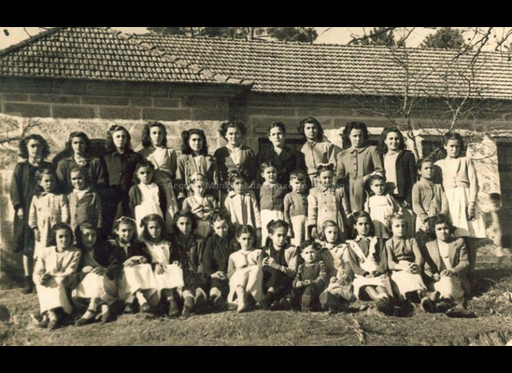 Grupo de alumnos diante da escola de Torneiros / Autor descoñecido [1945 – 1955] / PROCEDENCIA: Recollida Torneiros. Album familiar de Jesusa Frade e Bienvenido Bastos