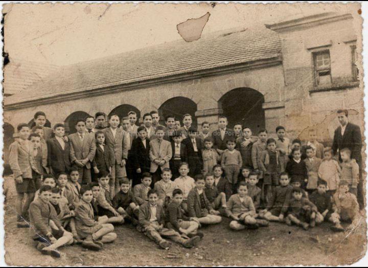 Grupo de alumnos da escola de Mosende / Autor descoñecido [1954 – 1955] / PROCEDENCIA: Recollida Mosende. Album familiar de Carmen Oliveira e Mª Carmen Maceira