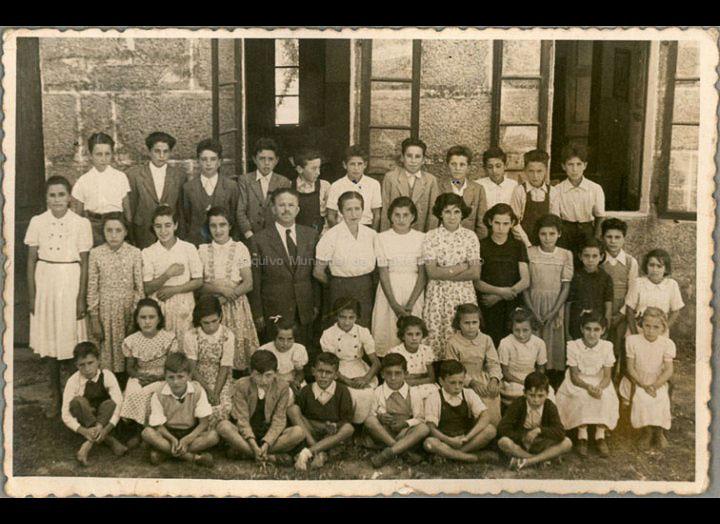 Alumnos do grupo escolar de Cans cos mestres Sara Quintero e José Corbacho / Autor descoñecido [1953 - 1954] / PROCEDENCIA: Recollida Cans. Album familiar Carmen Rodríguez Boente