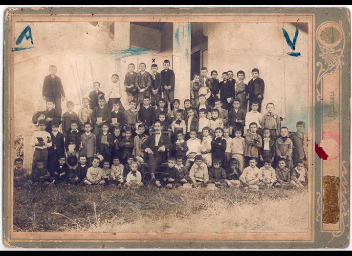 Grupo de alumnos da escola Fernández Areal / Sociedad Artística Fotográfica de Redondela [Ca. 1910] / PROCEDENCIA: Recollida O Porriño. Album familiar José Ángel Vilariño Iglesias