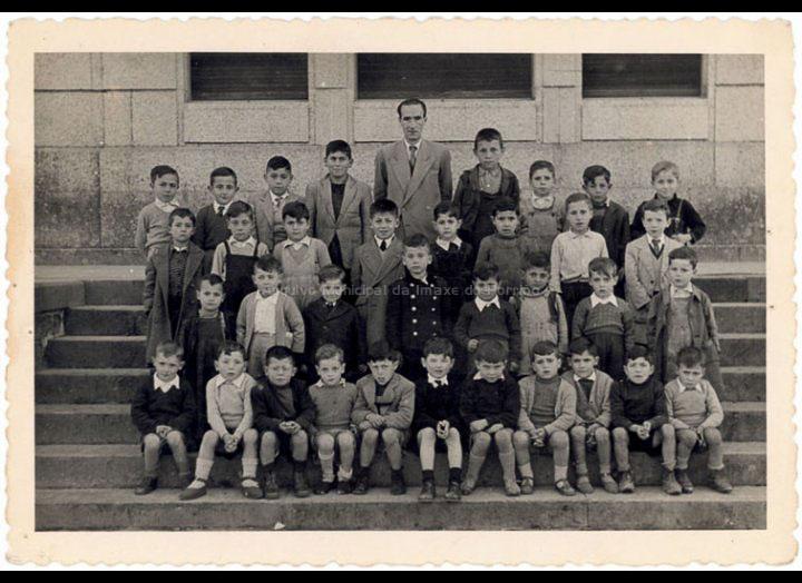 Grupo escolar de nenos das Escolas Graduadas / Laboratorios Fotográficos E. Utrilla (Valencia) [1952-1955] / PROCEDENCIA: Recollida O Porriño. Album familiar Manuel Rodríguez Alonso