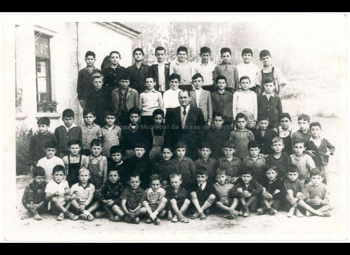 Grupo de alumnos da escola de nenos de Atios / Autor descoñecido [195-1965 (?)] / PROCEDENCIA: Recollida Atios. Album familiar Jesús Pereira Martínez