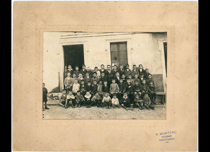 Grupo escolar de nenos / A. Montero (Ponteareas) [1918 – 1925 (?)] / PROCEDENCIA: Recollida O Porriño. Album familia Miranda (Manuel Lamas Estévez)