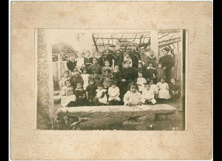 As irmás Margarita e Adela Lanzós cun grupo de alumnos e alumnas / Autor descoñecido [1910 – 1920] / PROCEDENCIA: Recollida O Porriño. Album familia Miranda (Manuel Lamas Estévez)
