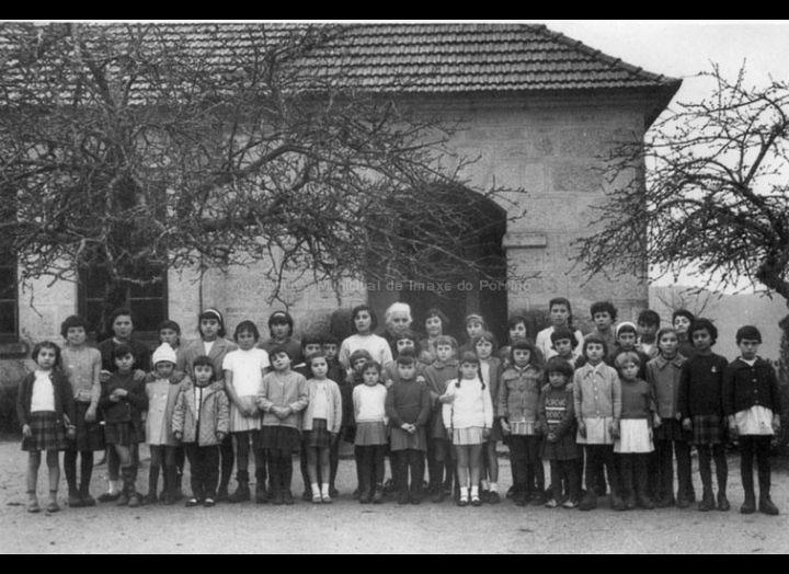 Dona Carmen Palacio Rivera coas súas alumnas na escola de Budiño / Autor descoñecido [1966] / PROCEDENCIA: Recollida Budiño. Album familiar Mari Paz Diz Vila