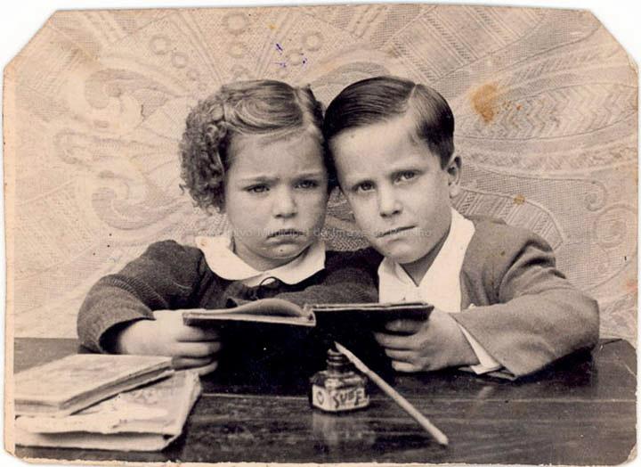 Maribel Lorenzo e José Ángel Vilariño nas Escolas Graduadas. / Autor descoñecido [1943] / PROCEDENCIA: Recollida O Porriño. Album familiar de José Ángel Vilariño Iglesias