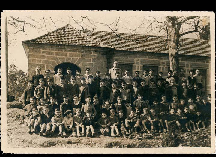 Grupo de alumnos da escola unitaria de nenos de Torneiros co mestre Francisco Javier Alonso Viliato. / Autor descoñecido [1962-1963] / PROCEDENCIA: Recollida Torneiros. Álbum familiar de José Lorenzo Oya