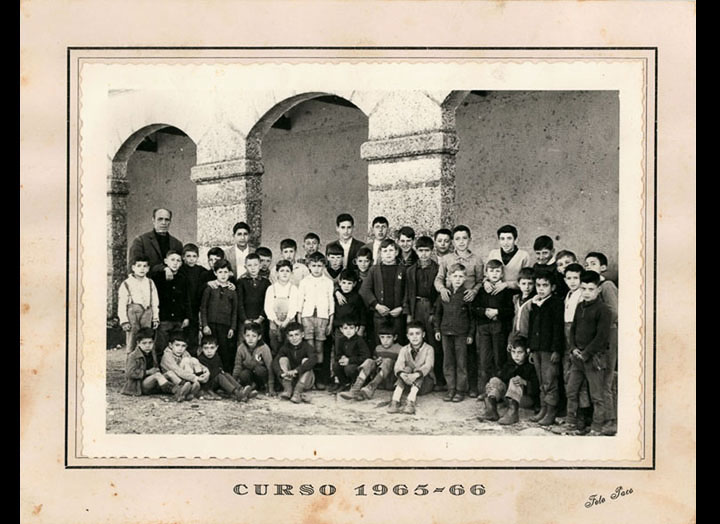 Grupo de alumnos da escola de nenos de Mosende. / Foto Paco (Pontevedra) [1965-1966] / PROCEDENCIA: Recollida Mosende. Álbum familiar de Marina Maceira