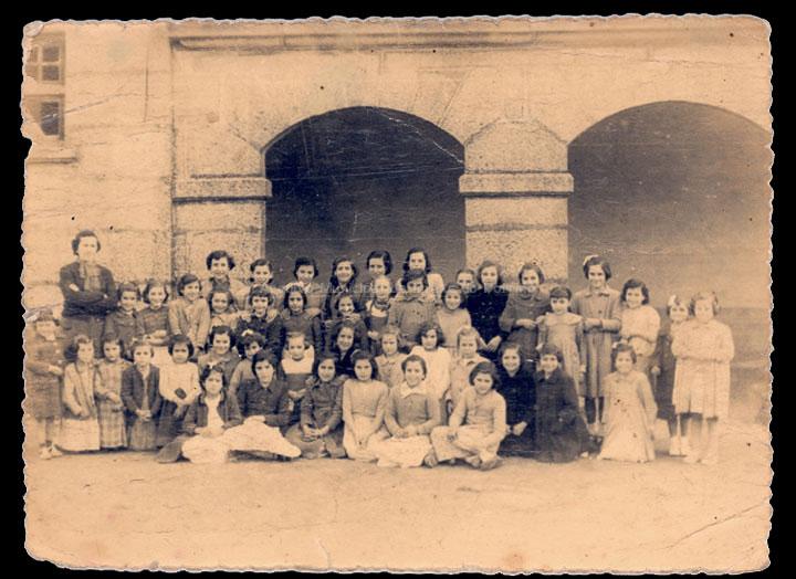 Grupo de alumnas da escola de nenas de Mosende. / Autor descoñecido [Ca. 1952] / PROCEDENCIA: Recollida Mosende. Álbum familiar de Lucía González